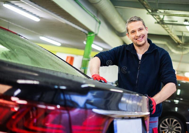 Trabalhador em uma lavagem de carros fotografia de stock royalty free