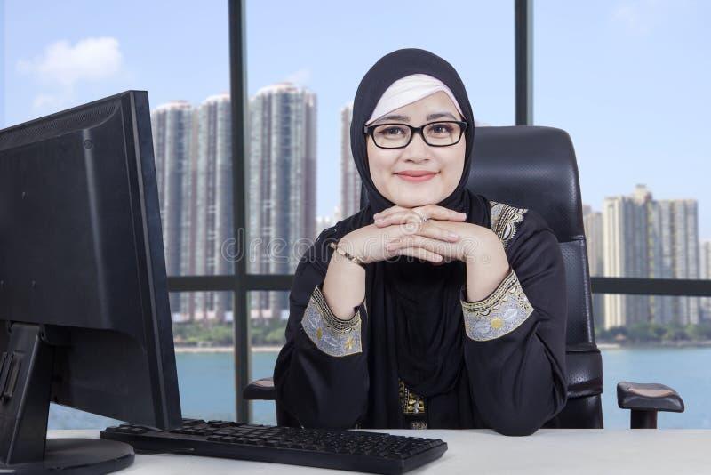 Trabalhador fêmea árabe com o computador no escritório foto de stock royalty free