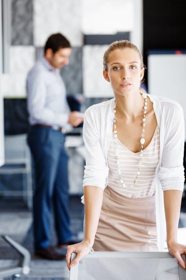 Trabalhador fêmea atrativo no escritório fotografia de stock