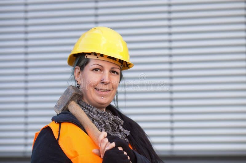 Trabalhador fêmea com malho foto de stock