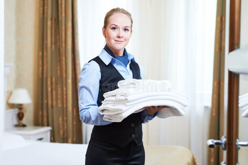 Trabalhador fêmea das tarefas domésticas do hotel com linho foto de stock