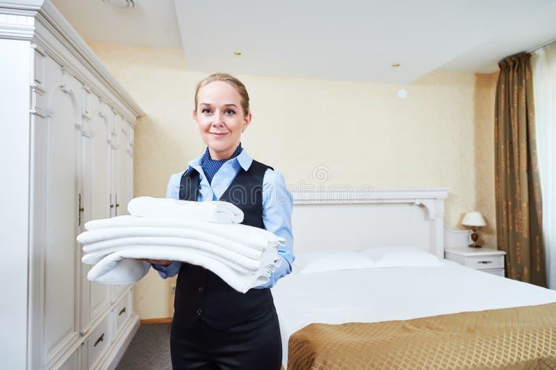Trabalhador fêmea das tarefas domésticas do hotel com linho imagem de stock