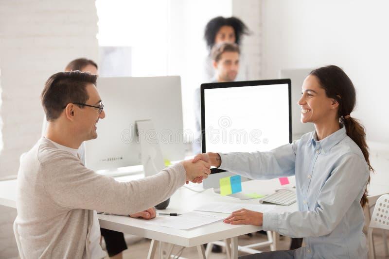 Trabalhador fêmea de sorriso que felicita o candidato de trabalho com successf fotos de stock