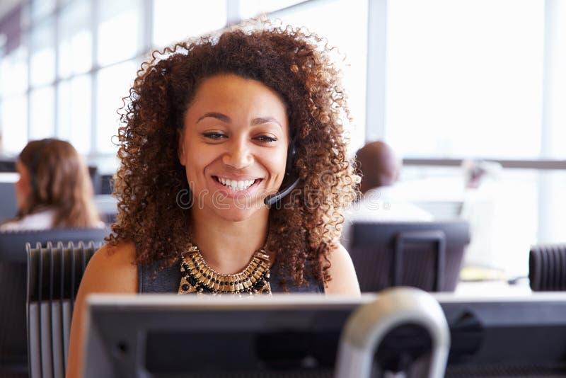 Trabalhador fêmea do centro de chamada, olhando a tela, close-up fotos de stock royalty free