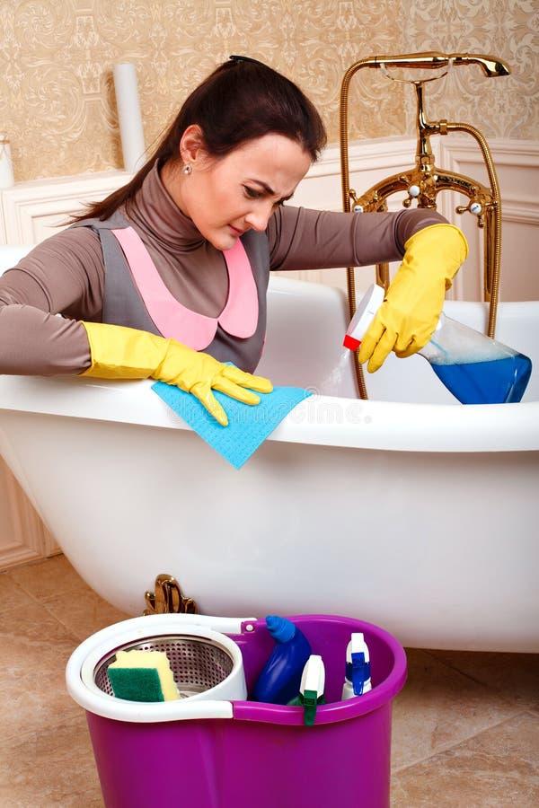 Trabalhador fêmea do servisce da limpeza que senta-se no banho foto de stock royalty free