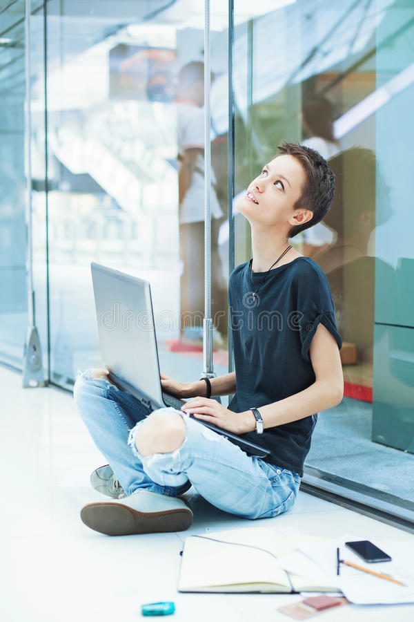 Trabalhador fêmea moderno novo que olha acima fotografia de stock royalty free