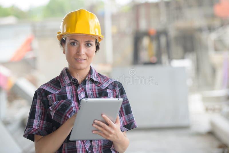 Trabalhador fêmea na fábrica usando a tabuleta imagens de stock