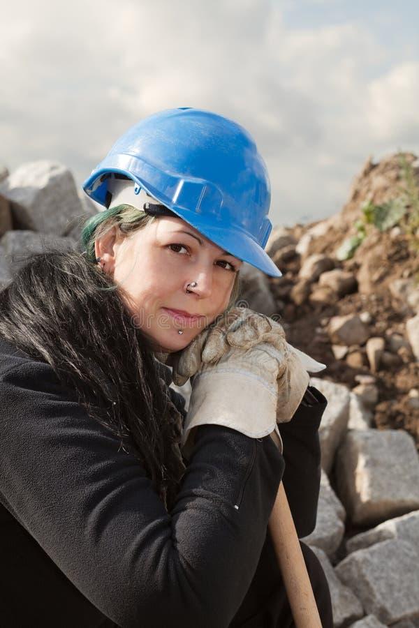 Trabalhador fêmea no capacete de segurança azul fotografia de stock