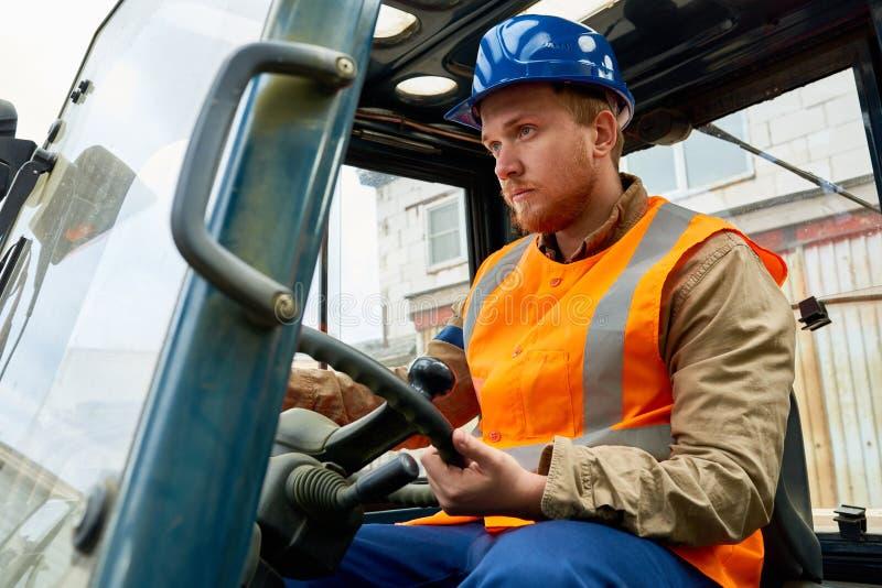 Trabalhador farpado que conduz o caminhão de elevador imagem de stock