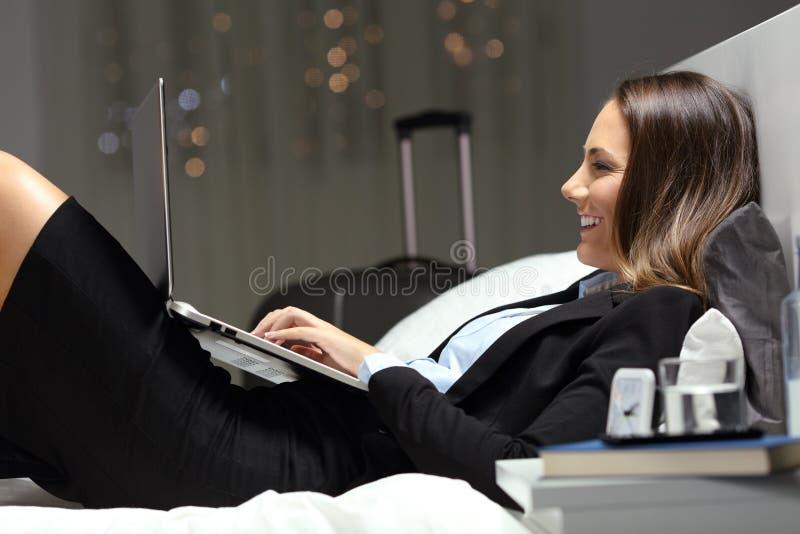 Trabalhador feliz que trabalha em uma sala de hotel fotografia de stock royalty free