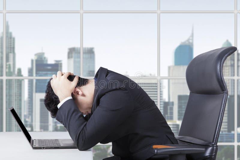 Trabalhador impossível que trabalha com o portátil no escritório fotos de stock