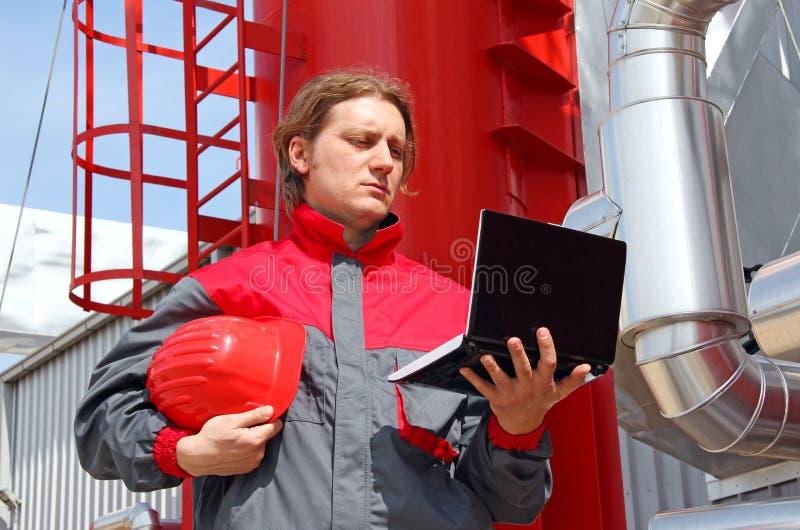 Trabalhador industrial com caderno imagem de stock royalty free