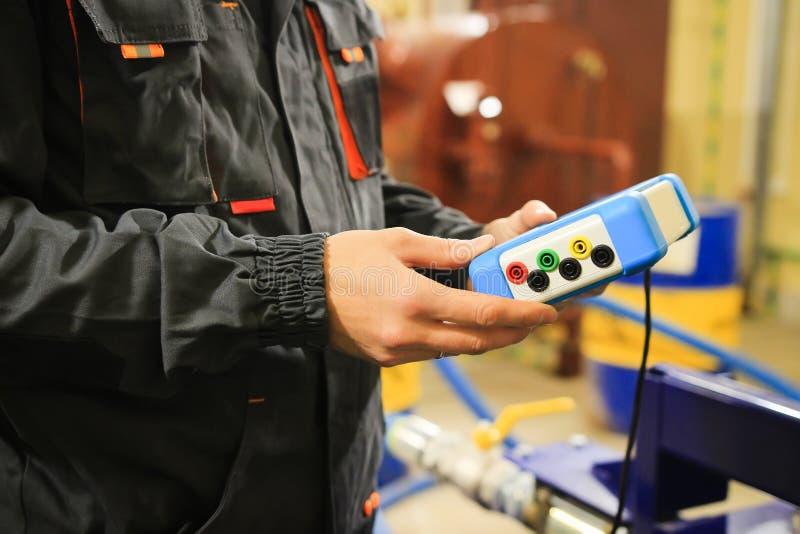 Trabalhador industrial com dispositivo de medição fotos de stock