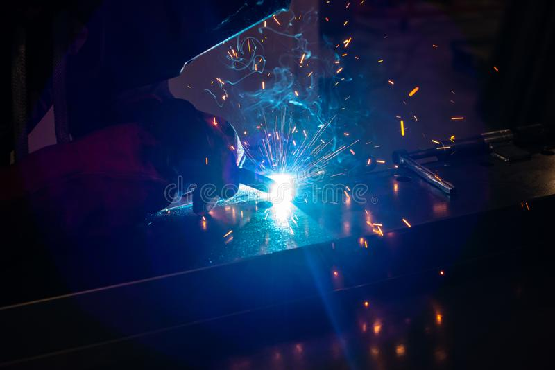 Trabalhador industrial na constru??o de a?o de solda da f?brica Soldador imagem de stock