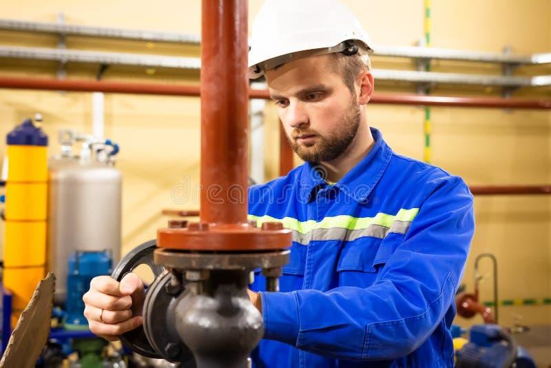 Trabalhador industrial no capacete de segurança imagem de stock