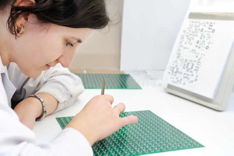 Trabalhador integrado da microplaqueta do microcircuito imagens de stock