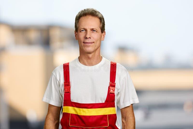 Trabalhador manual de sorriso no fundo borrado fotos de stock