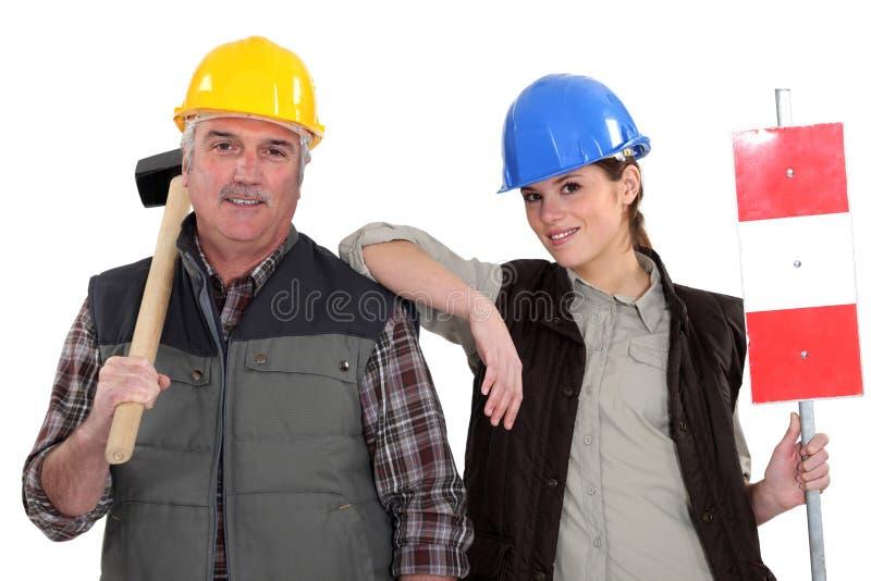 Trabalhador manual e seu estagiário. fotos de stock royalty free