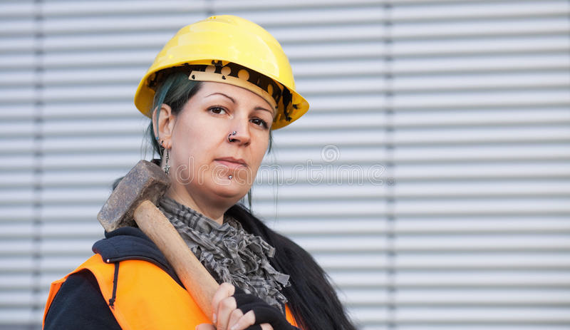 Trabalhador manual fêmea com martelo fotografia de stock