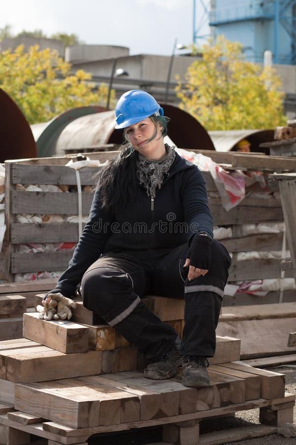 Trabalhador manual fêmea no chapéu duro azul foto de stock