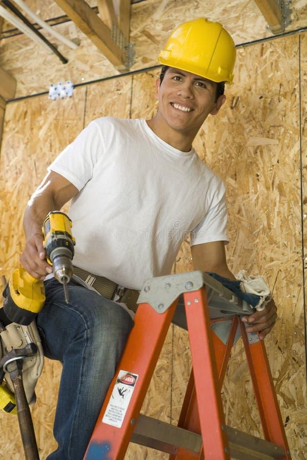 Trabalhador manual na escada fotografia de stock royalty free
