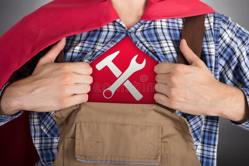 Trabalhador manual Opening Shirt For que mostra o sinal de Worktools imagem de stock royalty free
