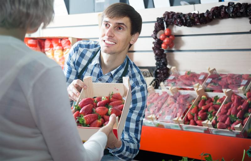 Trabalhador masculino novo do mantimento no mercado local fotografia de stock royalty free