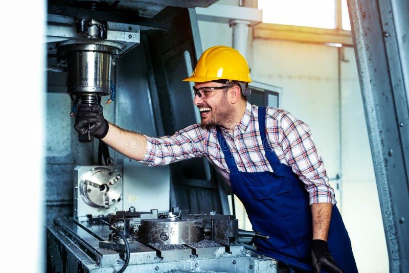 Trabalhador mecânico do técnico do centro de máquina de trituração do corte do cnc na fabricação da oficina da ferramenta foto de stock