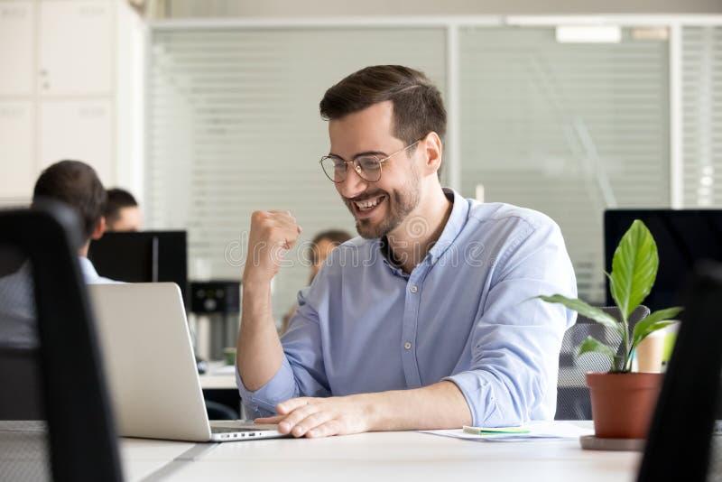 Trabalhador motivado Excited feliz recebendo a boa notícia no e-mail imagens de stock royalty free