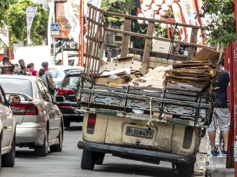 Trabalhador não identificado do desperdício e do lixo de reciclagem municipais urbanos do coletor de lixo fotos de stock