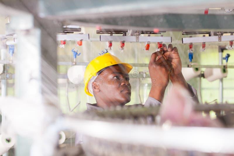 Trabalhador na fábrica de matéria têxtil imagens de stock
