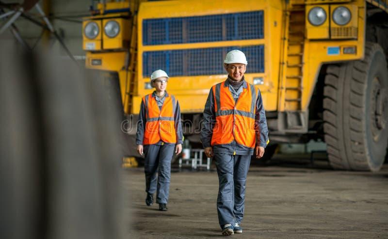 Trabalhador na frente de um caminhão do erro imagem de stock