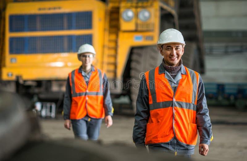 Trabalhador na frente de um caminhão do erro imagens de stock
