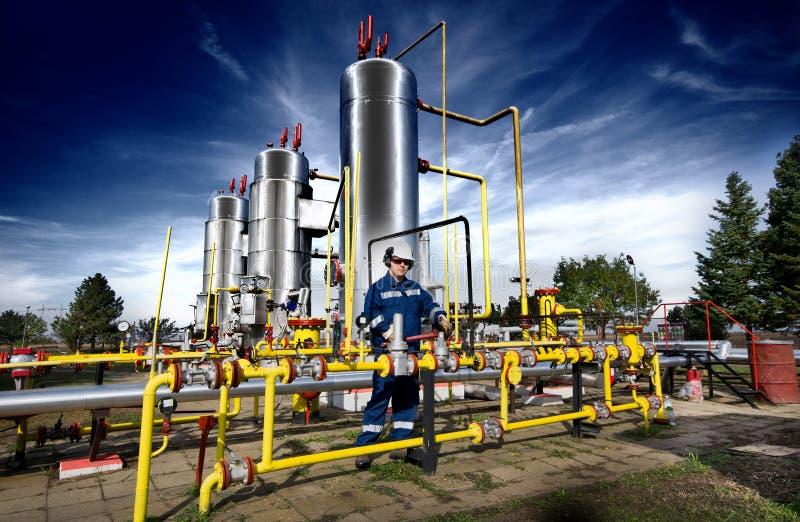 Trabalhador na planta de gás imagem de stock royalty free