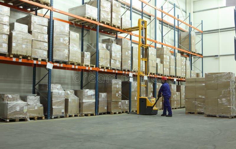 Trabalhador no armazém imagens de stock