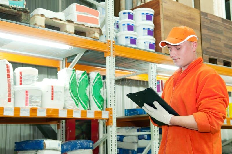 Trabalhador no armazém foto de stock