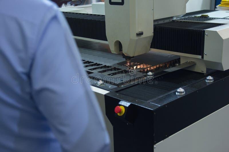 Trabalhador no corte industrial do laser da chapa met?lica imagens de stock