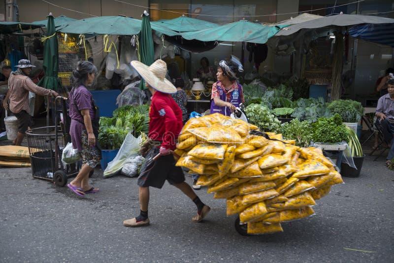 Trabalhador no mercado de rua em Banguecoque Tailândia fotografia de stock