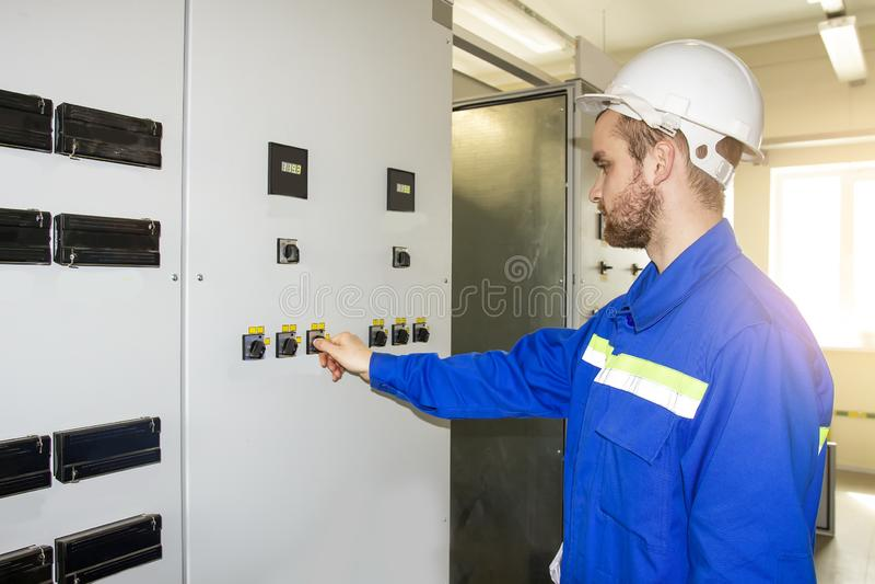Trabalhador no painel de controle do equipamento industrial Automatização da produção fotos de stock