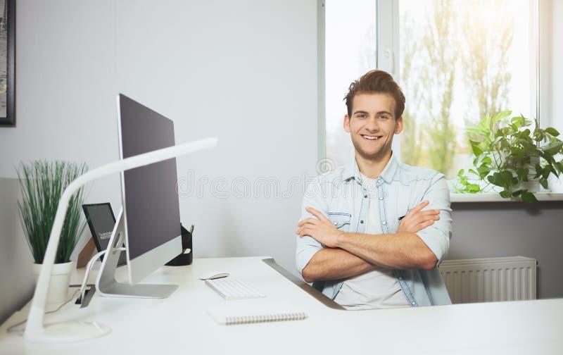 Download Trabalhador Novo Que Senta-se Em Um Escritório No Computador Freelancer Em Uma Camisa Branca O Desenhista Senta-se Na Frente Da J Imagem de Stock - Imagem de retrato, hipster: 80102005