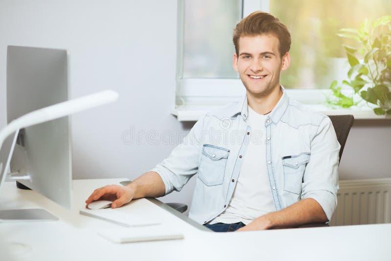 Download Trabalhador Novo Que Senta-se Em Um Escritório No Computador Freelancer Em Uma Camisa Branca O Desenhista Senta-se Na Frente Da J Foto de Stock - Imagem de caderno, retrato: 80102372