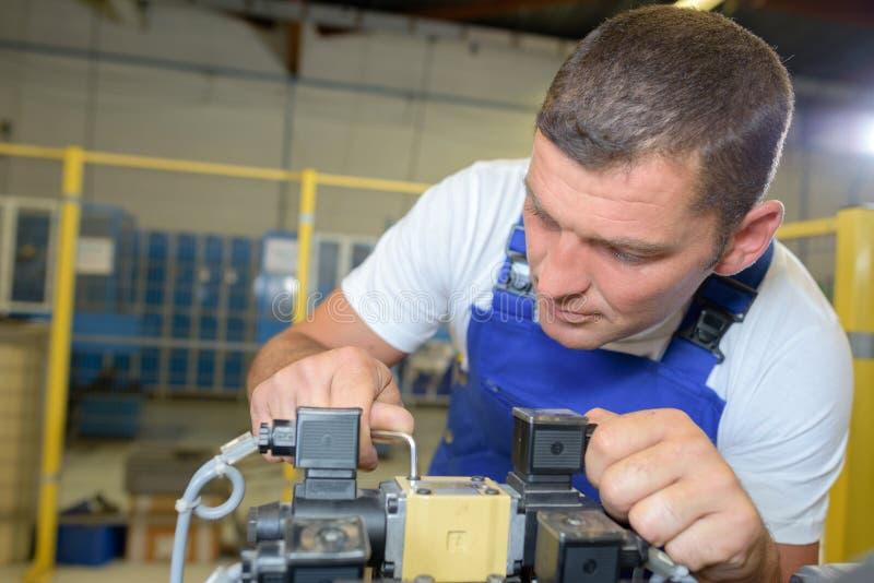 Trabalhador ocupado na fábrica foto de stock royalty free