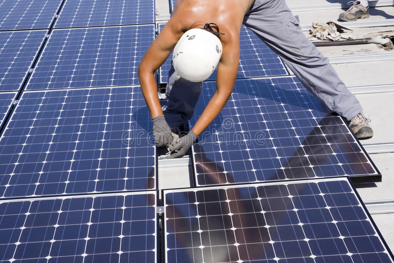 Trabalhador Photovoltaic dos painéis imagem de stock royalty free