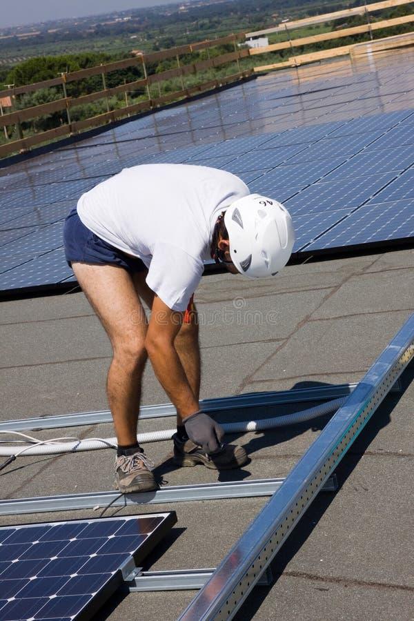 Trabalhador Photovoltaic dos painéis fotografia de stock royalty free