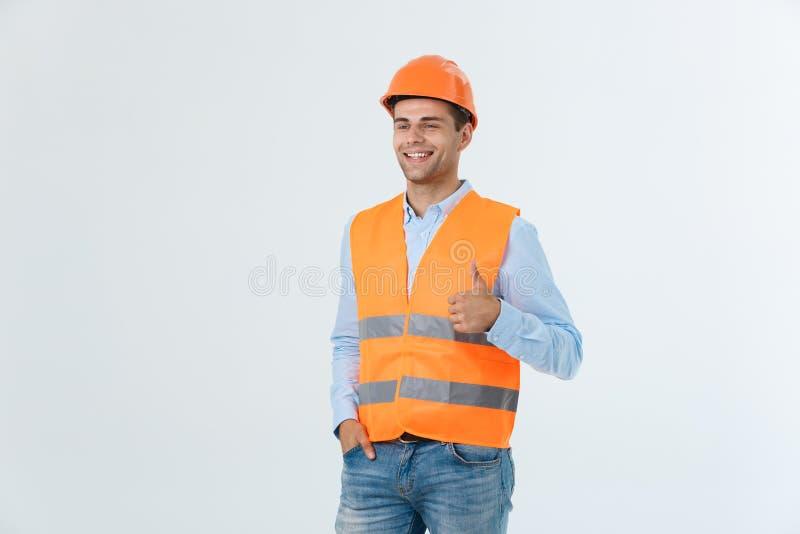 Trabalhador profissional considerável e confindent que mostra o polegar-acima ou como feliz de sorriso do gesto isolado no fundo  fotos de stock