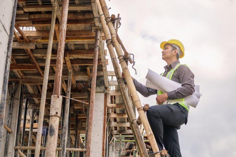 Trabalhador profissional do coordenador no terreno de construção da casa imagens de stock royalty free