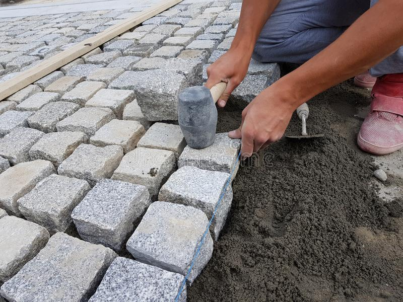 Trabalhador que arranja um pavimento em uma rua foto de stock royalty free