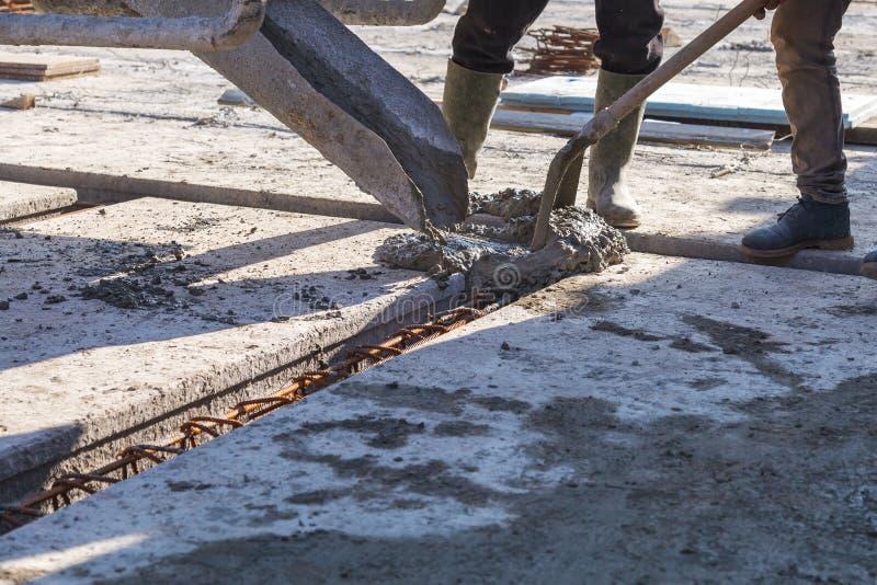Trabalhador que derrama a fundação da mistura concreta em casa fotos de stock royalty free