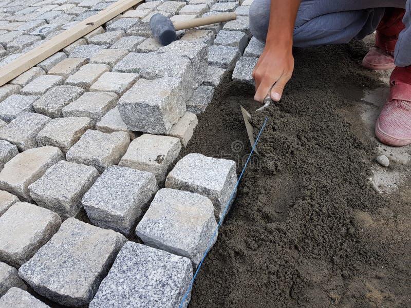 Trabalhador que faz um pavimento em uma rua imagem de stock royalty free