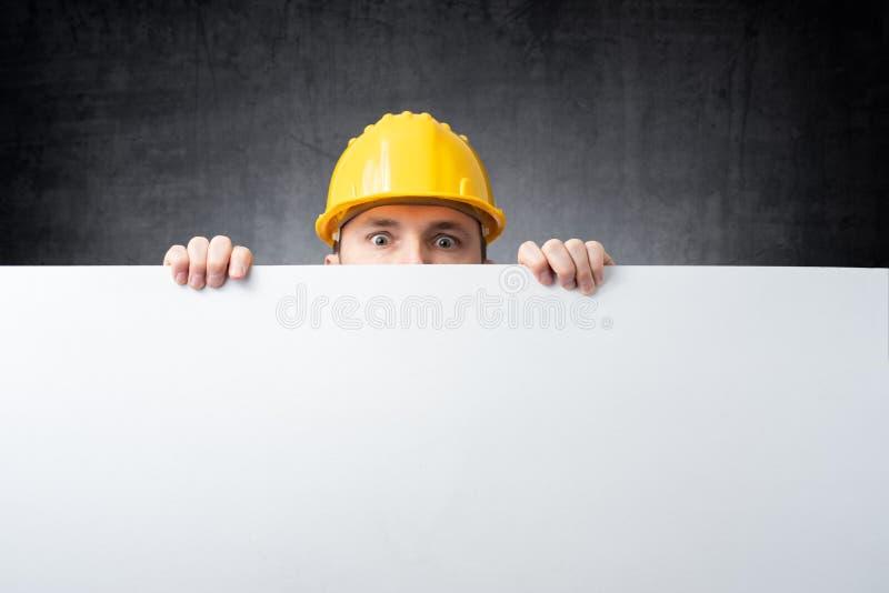 Trabalhador que guarda a placa vazia imagem de stock